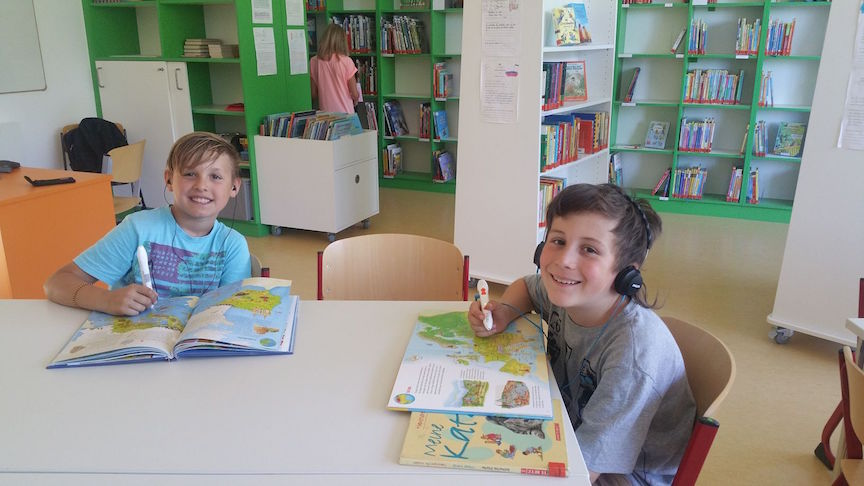 TING_Stift und Buch mit Kopfhörer_4c